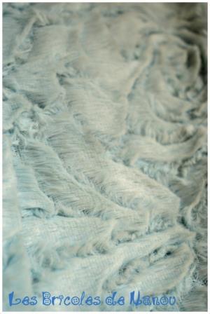 Tour de cou fourrure bleue ciel et voile blanc à fleurs