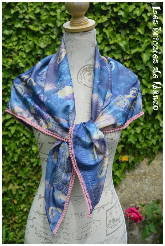 Foulard à pompons bleu et rose poudrée