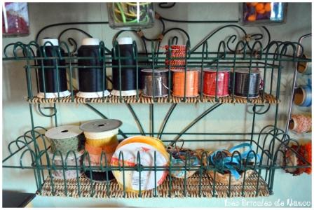 Organisation atelier: rangement dans étagère récupération