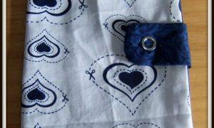 Protège chéquier blanc à coeurs bleus