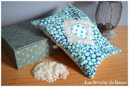 Bouillotte ventrale à motifs galets bleus