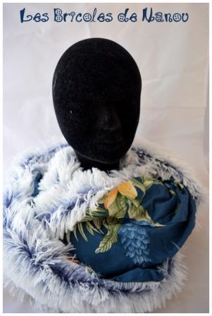 Tour de cou fourrure poils longs blancs et bleus et motifs floraux