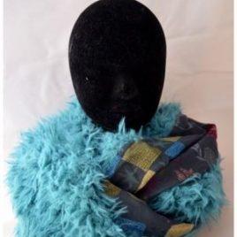 Tour de cou fourrure poils longs bleu et motifs floraux