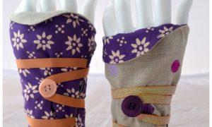 Mitaines réversibles violettes à fleurs et lin écru à pois