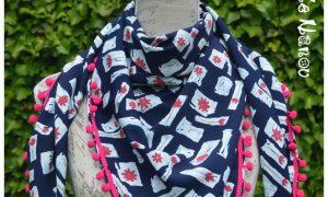 Foulard à pompons bleu foncé et rose