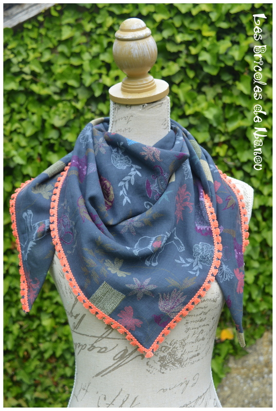 Foulard à pompons bleu et corail